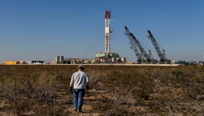 صورة كورونا يضرب.. النفط يهبط 4% وخسائر حادة في وول ستريت