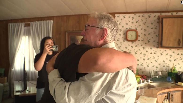 صورة عامل توصيل بيتزا عمره 89 عاماً يحصل على إكرامية مفاجئة من زبائن