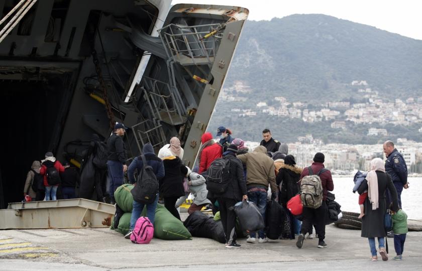 صورة 12 ألف لاجئ بلا مأوى وينامون في العراء! اليونان تنقل مئات المهاجرين لأماكن جديدة بعد حريق هائل شردهم