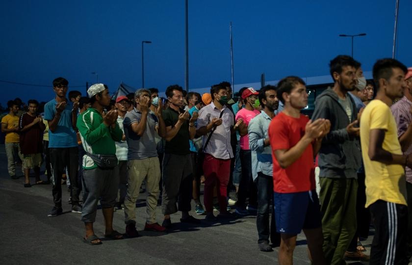 """صورة صحيفة هولندية: اليونان عاملت لاجئين كـ""""الحيوانات"""" واستولت على ممتلكاتهم الشخصية وأعادتهم للبحر"""