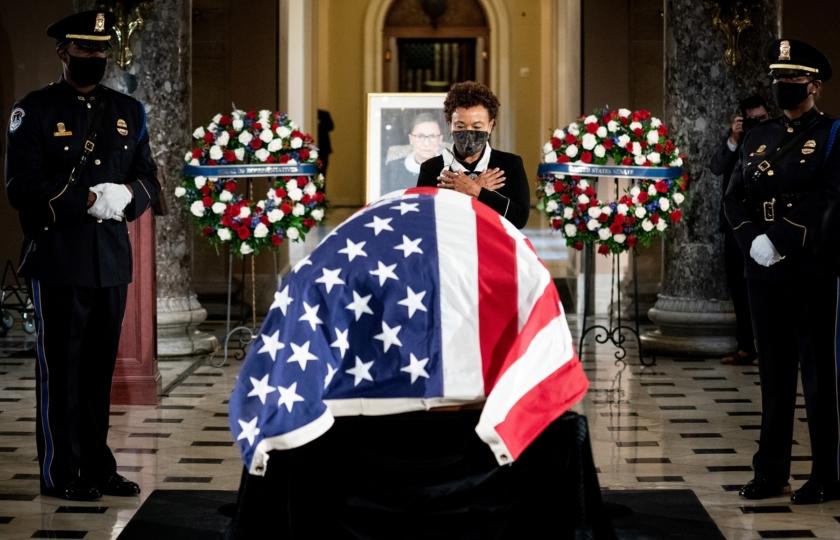 صورة مارس تمارين الضغط أمام نعشها! مدرب قاضية أمريكية شهيرة ماتت بالسرطان يودعها بطريقة غريبة