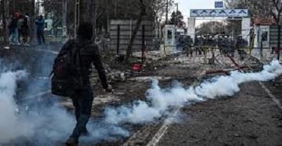 صورة شرطة اليونان تطلق الغاز المسيل للدموع لتفريق مهاجرين