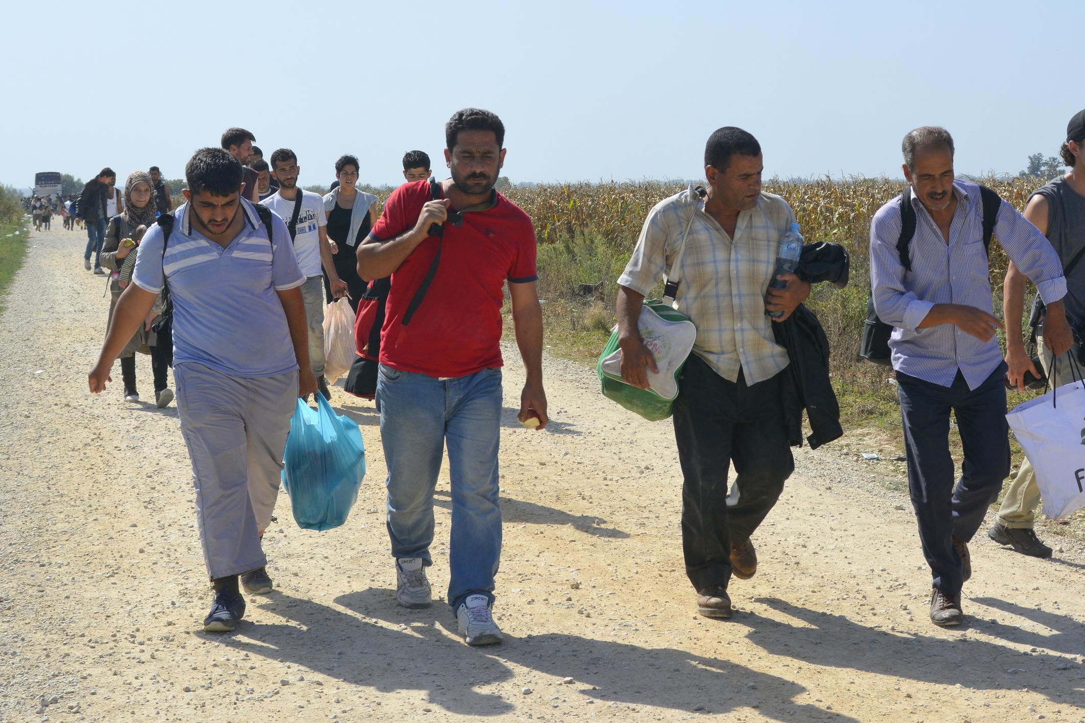 صورة لم يجدوا مأوى ولا طعاماً لأيام.. امرأة بريطانية تساعد لاجئين سوريين بإسبانيا رحّلتهم المملكة المتحدة قسراً