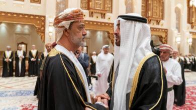 """صورة ما علاقة بن علوي؟.. كاتب المقال المسيء للسلطنة بـ""""فايننشال تايمز"""" يقيم في دبي وتفاصيل خطيرة"""