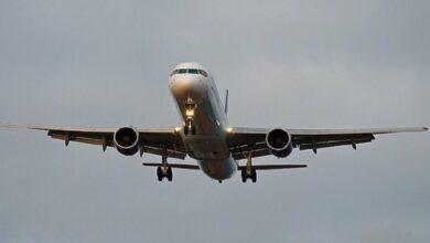 صورة بعد محادثات ليبية… أول طائرة ركاب تتوجه من طرابلس إلى بنغازي منذ عام